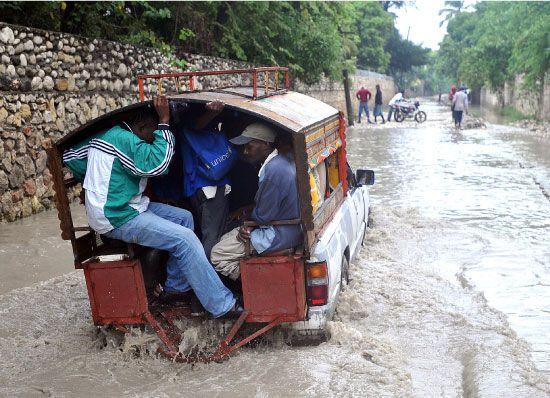 سكان هاييتي يغادرون المدينة بعد وصول إعصار «ساندي»-afp