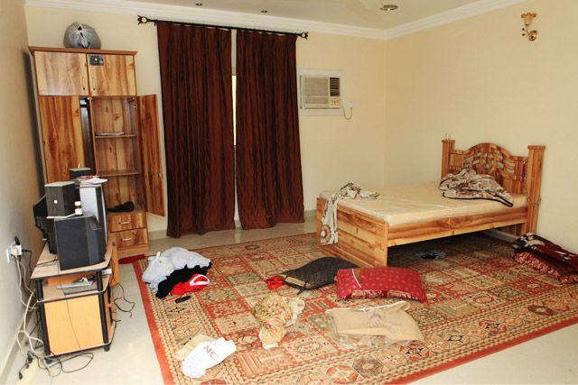 آثار العبث في غرفة نوم أحد المنازل بعد المداهمات في مهزة - تصوير : عيسى إبراهيم