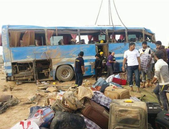 الحافلة البحرينية كما بدت بعد انقلابها ظهر أمس