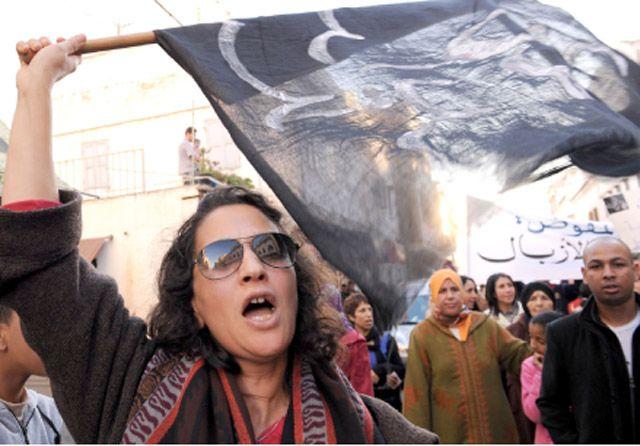 أعضاء حركة «20 فبراير» المغربية يحتجون للمطالبة بالإفراج عن السجناء السياسيين - AFP