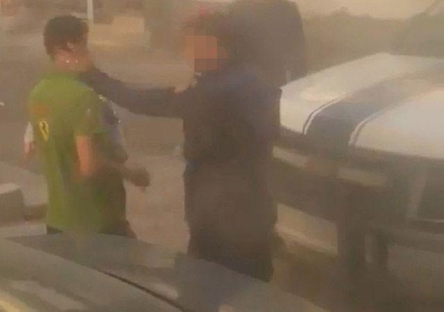 مشهد من فيديو انتشر على الإنترنت لرجل أمن يصفع مواطناً كان يحمل ابنه