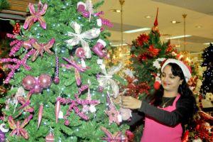 شجرة «الكرسمس» تزيِّن المحلات في المنامة... ...