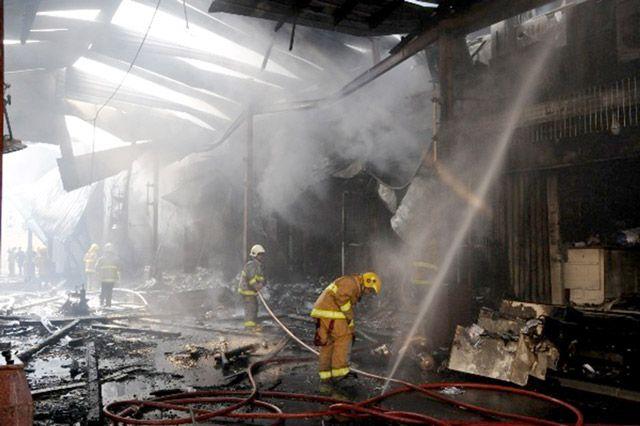 رجال الإطفاء يخمدون الحريق الذي اندلع في سوق الحريم بالمباركية