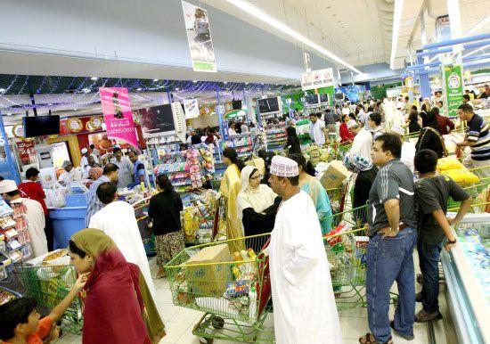 عمان تتوقع عجزا في الموازنة يبلغ 4.4 مليارات دولار، وفي الصورة مركز تسوق في مسقط