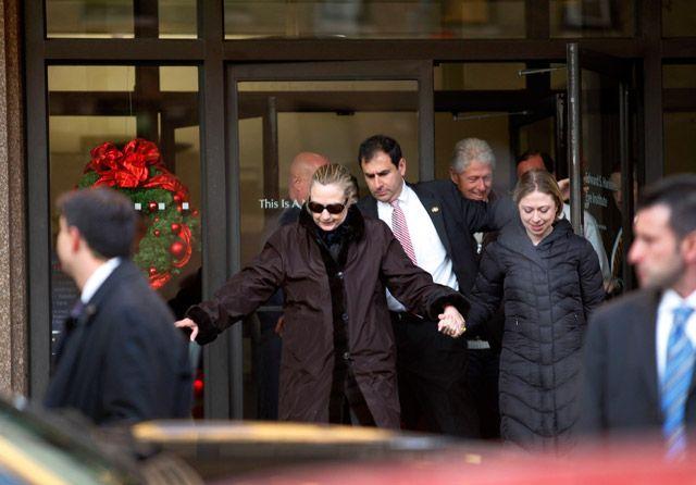 كلينتون بعد مغادرتها المستشفى بصحبة ابنتها - REUTERS