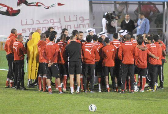 عيسى بن راشد في حديث للاعبي المنتخب  - تصوير عيسى إبراهيم