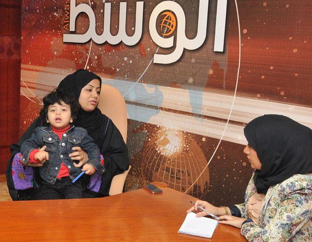 عائلة ميرزا خلال حديثها إلى «الوسط»  - تصوير : عقيل الفردان