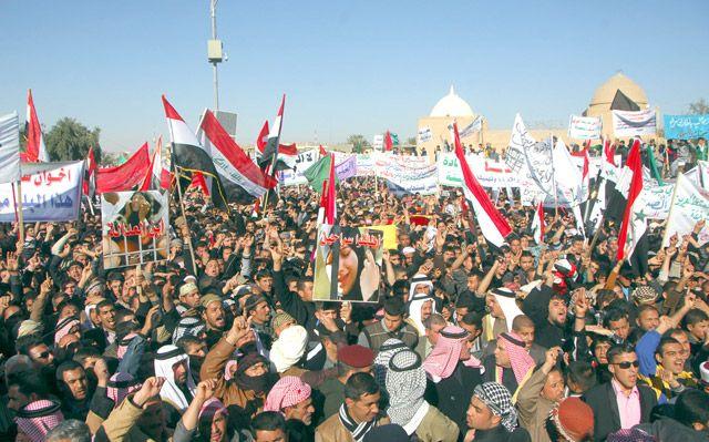 منظر عام من تظاهرة خرجت الجمعة الماضي للمطالبة بإلغاء قانوني اجتثاث البعث والإرهاب في تكريت - REUTERS