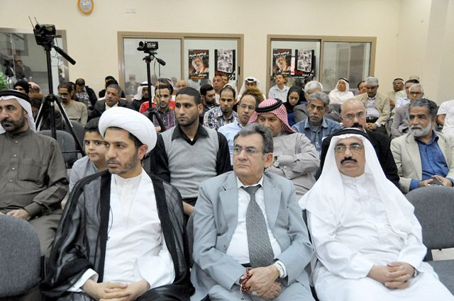 الحضور يتابعون الكلمات في الوقفة التضامنية بمقر جمعية «وعد» - تصوير : أحمد آل حيدر