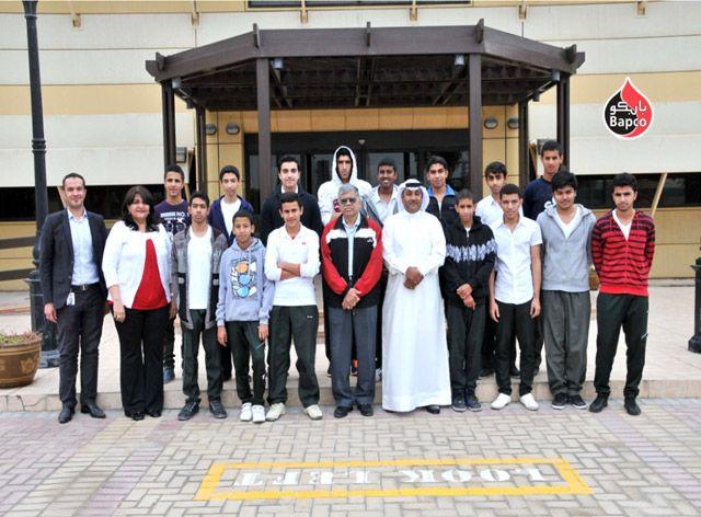 أثناء زيارة طلاب مدرسة المحرق الثانوية للبنبن «بابكو»