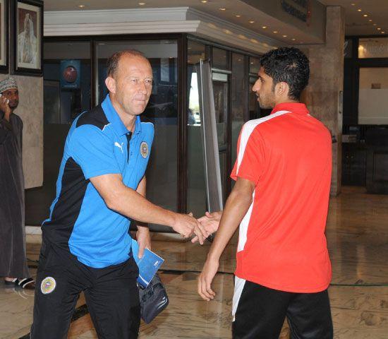 كالديرون مع الحسيني أثناء مغادرة المنتخب الفندق