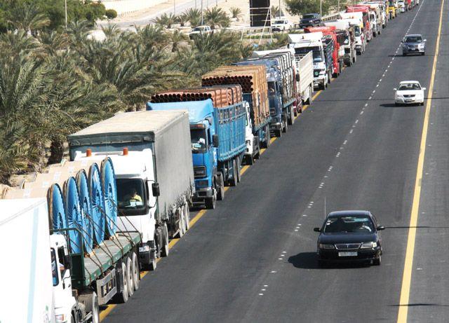 طابور طويل من الشاحنات ينتظر أمام بوابة جسر الملك فهد - تصوير : محمد المخرق