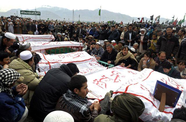 أهالي ضحايا التفجير قبل مواراتهم الثرى - AFP