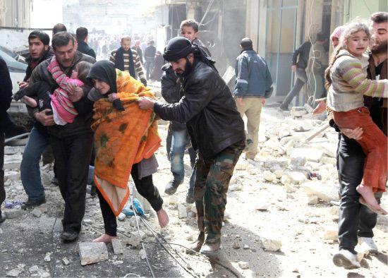 عائلات سورية تفر من جحيم القصف الجوي في مدينتهم-رويترز
