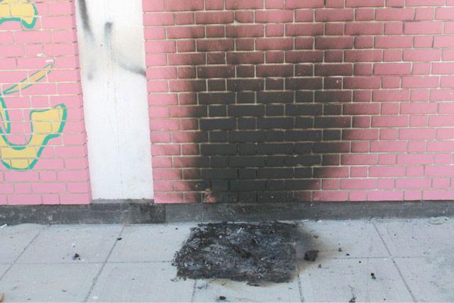آثار الحريق في سور المدرسة
