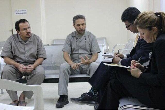 صورة نشرتها «هيومن رايتس ووتش» على موقعها الإلكتروني يظهر فيها وفد المنظمة أثناء اللقاء مع مهدي أبوديب وعلي العكري في السجن  http://www.hrw.org