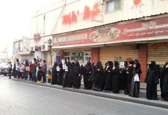 مشاركون في إحدى المسيرات أمس