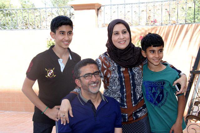 غسان ضيف مع عائلته بعد الإفراج عنه