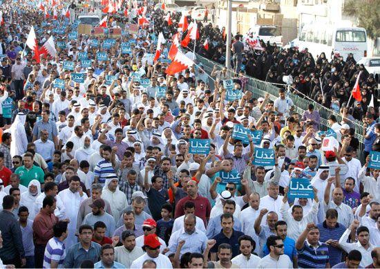 حشود المعارضة في المسيرة التي انطلقت أمس من دوار عبدالكريم انتهاء عند تقاطع مسجد الشيخ عزيز بالسهلة