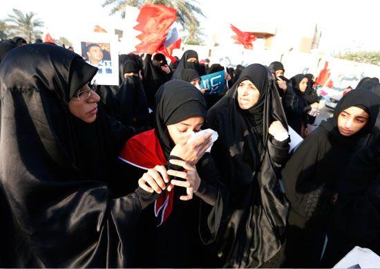 مشاركات في المسيرة يساعدن إحداهن لدى اختناقها من مسيل الدموع - reuters