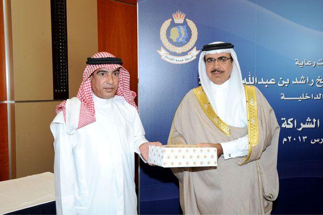 وزير الداخلية يكرم أحد المواطنين في حفل يوم الشراكة المجتمعية