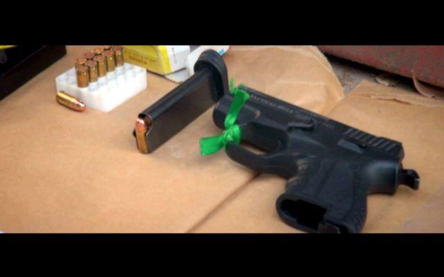 صورة أخرى تظهر سلاحاً نارياً وذخيرة