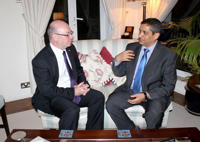 رئيس تحرير «الوسط» أثناء المقابلة مع وزير الدولة البريطاني لشئون الشرق الأوسط