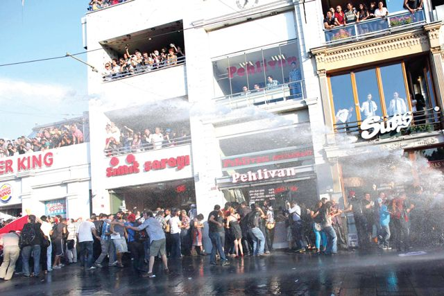 الشرطة التركية تفرق المتظاهرين  باستخدام  خراطيم المياه - reuters
