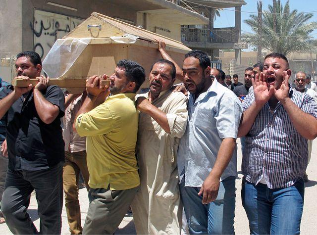 عراقيون يبكون قريبهم الذي قتل في التفجيرات - REUTERS