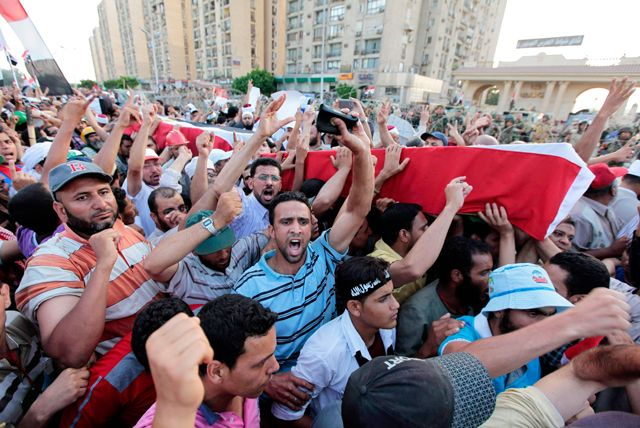 أنصار مرسي يحملون توابيت وهمية خلال جنازة رمزية لأربعة قتلوا خلال اشتباكات مع الشرطة