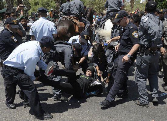 الشرطة الإسرائيلية تعتقل أحد المتظاهرين في بئر السبع - afp