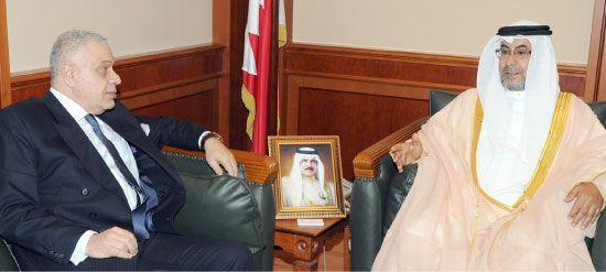 البوعينين مستقبلاً السفير المصري لدى البحرين