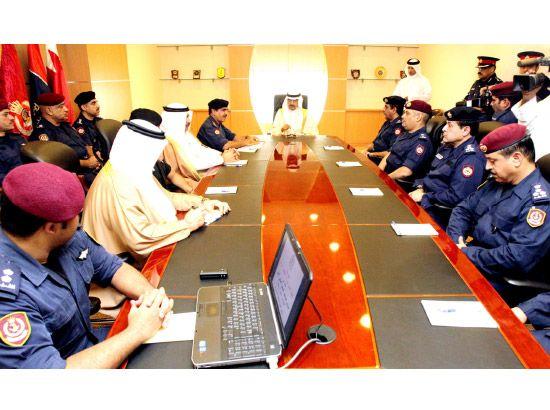 سمو رئيس الوزراء لدى اجتماعه بوزير الداخلية وكبار الضباط