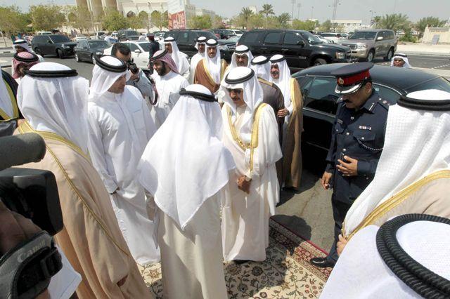 سمو رئيس الوزراء لدى زيارته ممثلي المجالس الأهلية بمدينة حمد