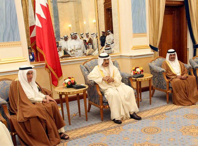 سمو رئيس الوزراء مستقبلاً كبار المسئولين بالمملكة وعدداً من أعضاء مجلسي الشورى والنواب وعدداً من رجال الدين والفكر والأعمال والإعلام وجموعاً من المواطنين أمس - بنا