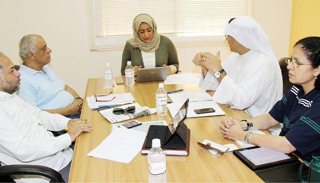 أعضاء المرصد البحريني لحقوق الإنسان يتحدثون إلى «الوسط» - تصوير : محمد المخرق