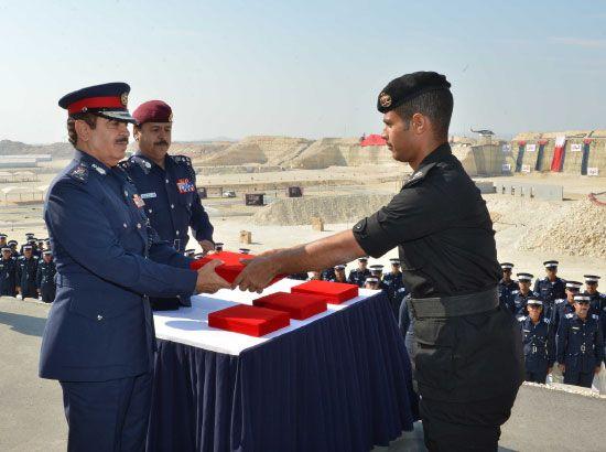 وزير الداخلية يكرم أحد الاوائل المشاركين في الدورة