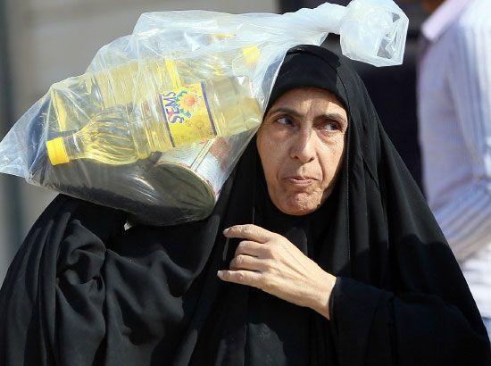 مئات الأسر العراقية تفر من الفلوجة إلى كربلاء بعد اشتداد القتال -afp