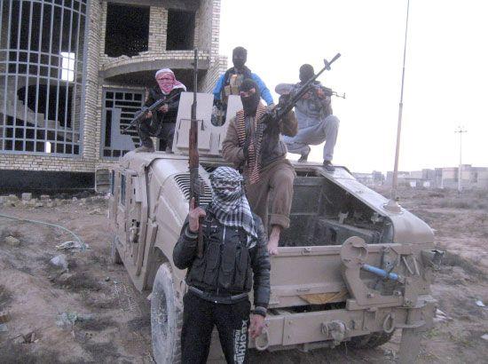 مقاتلون معارضون يعتلون إحدى سيارات الجيش العراقي إثر معارف في الفلوجة  - reuters