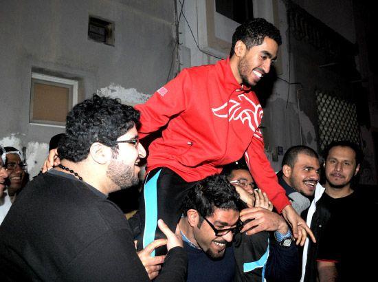 المصور أحمد الفردان بعد الإفراج عنه مساء أمس الأول (الخميس)