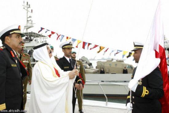 الملك حمد خلال تدشينه لإحدى<br />السفن الحربية الجديدة<br />(الصورة من المصدر)