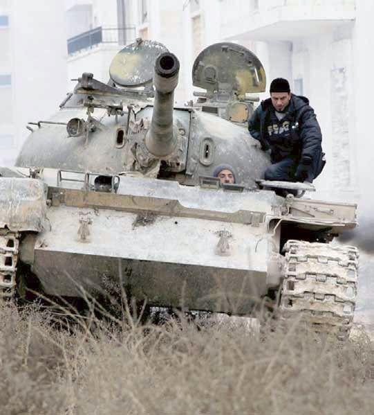 دبابة تابعة للمعارضة السورية خلال اشتباكات مع القوات السورية قرب مطار حلب أمس  AFP