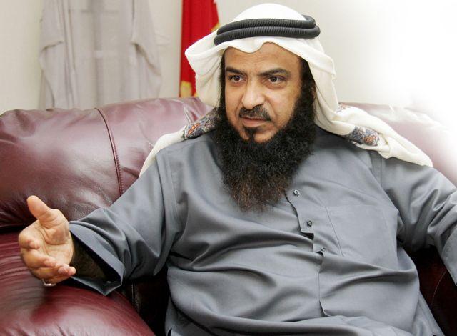الشيخ عادل المعاودة متحدثاً إلى «الوسط» - تصوير : محمد المخرق