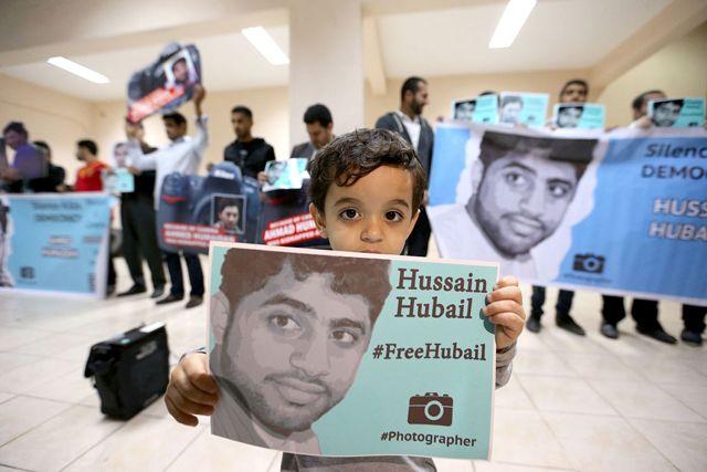 طفل يحمل صورة المصوِّر المعتقل حبيل خلال فعالية للتضامن معه (صورة إرشيفية)