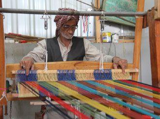 صناعة النسيج في البحرين قماش جذاب تصنعه أيد ماهرة مناهل الوسط صحيفة الوسط البحرينية مملكة البحرين