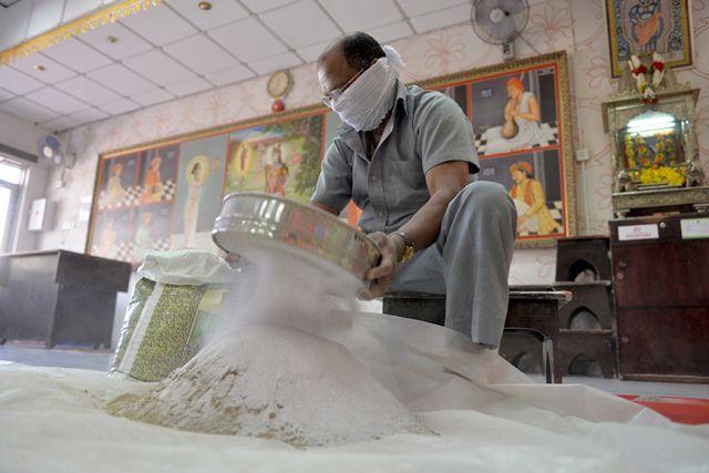 هندي داخل المعبد يحضّر مواد مقدسة تستخدم للمضغ بعد تقديم الطعام