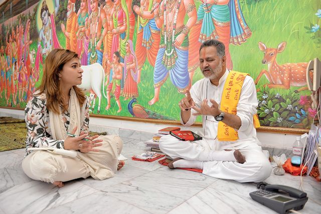 «الوسط» في حديث مع رئيس الطائفة الهندوسية في البحرين - تصوير : أحمد آل حيدر