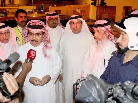 وزير الداخلية يدلي بتصريحاته لوسائل الإعلام في موقع الحريق بحضور وزير البلديات