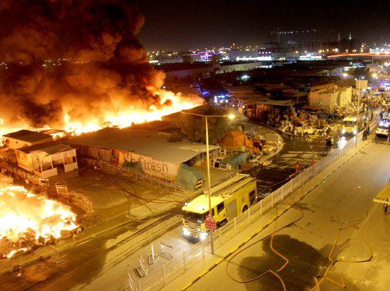 أتى الحريق على أكثر من 50 فرشة واستمر نحو ساعتين دون تسجيل أي خسائر بشرية - تصوير محمد المخرق