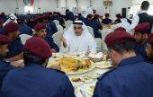 """سيف بن زايد يتفقد القوة الإماراتية المشاركة في """"درع الجزيرة"""" بالبحرين"""